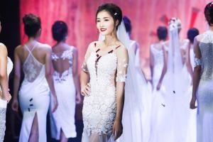 Triệu Thị Hà e ấp với váy cưới xuyên thấu