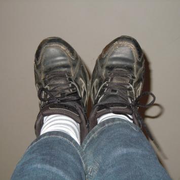 Thì ra đây là lý do trẻ con đứa nào cũng hay mang giày, dép ngược