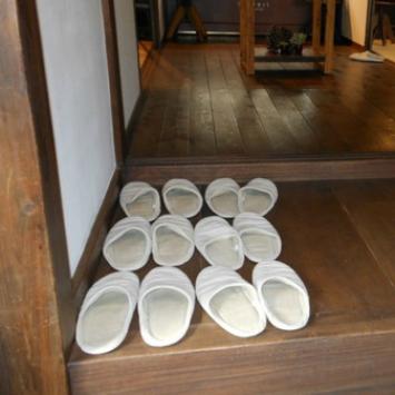 Tại sao đa số người châu Á có thói quen bỏ giày ở cửa trước khi vào nhà?